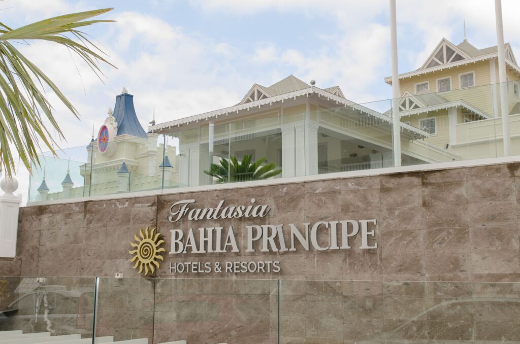 Hotel Bahía Príncipe Fantasía. Proyecto de Dressler Aluminio